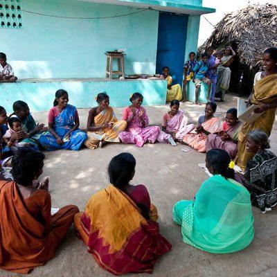 En grupp kvinnor sitter i ring. En självhjälpsgrupp
