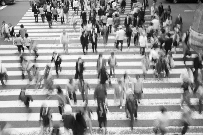 Bild ovanifrån på människor som passerar ett större övergångsställe.