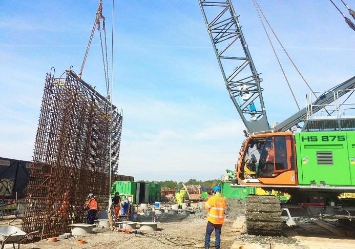 Bild på arbetet som pågår inför station Centralen i Västlänken. Byggarbetare lyfter bland annat ned armeringsmaterial.