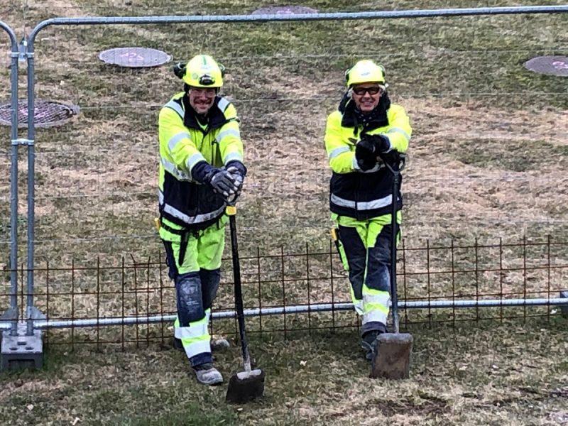 Två NCC-anställda med spadar.