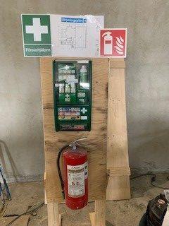 Brandsläckare och första hjälpen-utrusning.